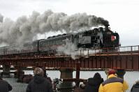 JR北海道:煙を上げながら鉄橋を渡る「SL冬の湿原号」=釧路市内で2019年1月26日11時10分、平山公崇撮影