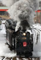 JR北海道:煙をあげながら走るSL冬の湿原号=釧路市貝塚で2018年1月27日午前11時14分、平山公崇撮影