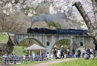 JR東日本:JR釜石線の通称「めがね橋」を走るSL銀河。カメラマンに交じり小旗を振って出迎える人も=岩手県遠野市宮守町で