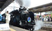 JR東日本:蒸気を上げ、弘前駅へ向かって走り出すSL銀河青函DC号=青森市のJR青森駅で2016年9月17日午前10時20分、宮城裕也撮影