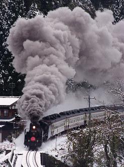 JR東日本:煙を吐いて進む「SLばんえつ物語号」=新潟県三川村(磐越西線の五十島―三川間)で