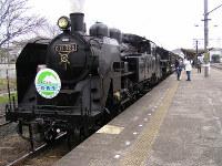 真岡鉄道:「SLもおか」重連運転 下館駅を出発=2005年4月2日