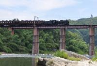 秩父鉄道:荒川を渡る秩父鉄道のSLパレオエクスプレス。長瀞ライン下りと合わせた観光ツアーも人気だ=長瀞町で2017年7月15日午前11時45分、三股智子撮影