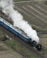 JR西日本:白煙を上げて走るD51形蒸気機関車=滋賀県長浜市で2019年3月10日、本社ヘリから大西達也撮影