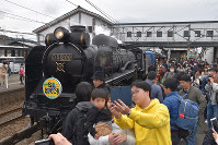 JR西日本:D51形蒸気機関車の「SL北びわこ号」デビュー JR木ノ本駅に到着しファンに囲まれる「デゴイチ」=長浜市