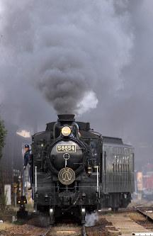 JR九州:煙を吐いて人吉駅を出発するSL人吉号(8620形蒸気機関車)=熊本県人吉市のJR肥薩線で2009年11月27日午後2時41分、松田嘉徳撮影
