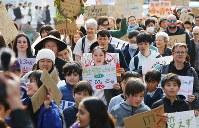 地球温暖化対策の強化を求める若者の世界一斉デモに参加する人たち=東京都渋谷区で2019年3月15日午後4時5分、後藤由耶撮影
