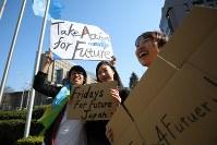 地球温暖化対策の強化を求める若者の世界一斉デモの参加者=東京都渋谷区で2019年3月15日午後1時55分、後藤由耶撮影