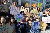 地球温暖化対策の強化を求める若者の世界一斉デモの参加者たち=東京都渋谷区で2019年3月15日午後2時19分、後藤由耶撮影