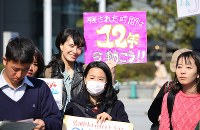 地球温暖化対策の強化を求める若者の世界一斉デモを前に開かれた集会に参加する人たち=東京都渋谷区で2019年3月15日午後2時36分、後藤由耶撮影