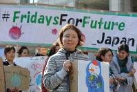 地球温暖化対策の強化を求める若者の世界一斉デモの前に開かれた集会でスピーチする参加者=東京都渋谷区で2019年3月15日午後2時40分、後藤由耶撮影