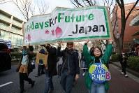 地球温暖化対策の強化を求める若者の世界一斉デモに参加する人たち=東京都渋谷区で2019年3月15日午後3時32分、後藤由耶撮影