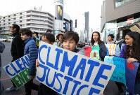 地球温暖化対策の強化を求める若者の世界一斉デモに参加する人たち=東京都渋谷区で2019年3月15日午後3時37分、後藤由耶撮影