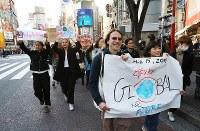 地球温暖化対策の強化を求める若者の世界一斉デモに参加する人たち=東京都渋谷区で2019年3月15日午後4時2分、後藤由耶撮影