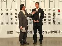 選手宣誓の札を引き当てた広陵の秋山功太郎主将=大阪市北区の毎日新聞大阪本社オーバルホールで2019年3月15日、中村真一郎撮影