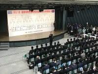 抽選で最後に札を引き番号を読み上げる札幌第一の主将=大阪市北区の毎日新聞大阪本社オーバルホールで2019年3月15日、中村真一郎撮影