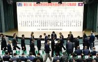 開会式での選手宣誓を決める札を引く出場各校の主将たち=大阪市北区の毎日新聞大阪本社オーバルホールで2019年3月15日、中村真一郎撮影