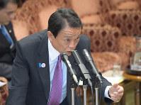 参院予算委員会で答弁する麻生太郎副総理兼財務相=国会内で2019年3月15日午後2時3分、川田雅浩撮影