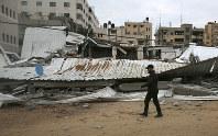 イスラエル軍の空爆で破壊されたハマス関連施設=パレスチナ自治区ガザで15日、AP