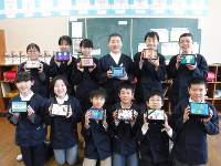 麦わら細工で制作したオルゴールを持つ児童たち=兵庫県豊岡市の奈佐小で、高田房二郎撮影