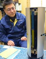 据え置き型の捕虫器「トレテーラ」を開発した西當照明の西當和久社長=東大阪市菱江2の同社で、亀田早苗撮影