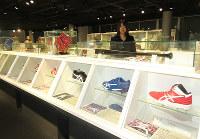 トッププレーヤーたちの靴。選手に会った気分だ=神戸市のアシックススポーツミュージアムで、三角真理撮影