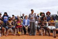 100を超える部族の代表がブラジル政府に居住地の画定や健康、教育の向上を求めて参加したフリーランドキャンプであいさつするマリナ・シルバさん=2018年4月24日、ブラジリアでレオ・カブラル氏撮影