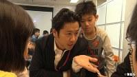 <プロフィル>宝槻泰伸(ほうつき・やすのぶ) 1981年東京生まれ。3兄弟の長男で、一風変わった家庭教育を実践する父のもと育つ。高校は中退し、大検を取得して京都大学に進学。弟2人も京都大学へ。父から受けた独特な家庭教育とそのノウハウを著した『強烈なオヤジが高校も塾も通わせずに3人の息子を京都大学に放り込んだ話』(徳間書店)が後に話題となる。2011年「探究学舎」設立。プライベートでは5児の父で、自宅は必ず公園の近くにするというこだわりを持つ37歳。