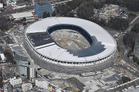 The New National Stadium, the main venue for the 2020 Tokyo Olympics and Paralympics, is seen under construction on March 9, 2019. (Mainichi)