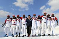 監督の出合さん(中央)を中心に東京五輪出場を目指すブルキナファソ野球代表チームの選手たち=富良野市で2019年2月27日、大西岳彦撮影