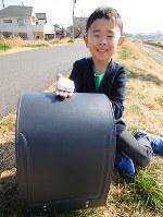 来月小学校に入学する予定で、GPS BoTを利用している安部境悟ちゃん=東京都世田谷区の多摩川河川敷で