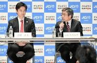 ネット討論会の収録で吉村洋文氏(左)からの質問に答える小西禎一氏=大阪市阿倍野区で15日午後7時9分、山崎一輝撮影
