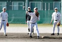 守備練習に励む米子東の選手たち=鳥取県米子市勝田町の同校で、園部仁史撮影