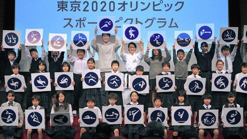 東京五輪まであと500日となり、五輪のスポーツピクトグラムを発表する飯塚翔太選手(中央左)、清水希容選手(同右)と子供たち=東京都江東区で2019年3月12日、手塚耕一郎撮影