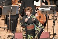 オーケストラをバックに「雪椿」を歌う小林幸子=3.11震災孤児遺児文化・スポーツ支援機構提供