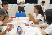 昨年7月に開催された「島しょ高校生サミット」。小松さん(写真右から3人目)は父島と母島のよさをアピールした=東京都小笠原村で