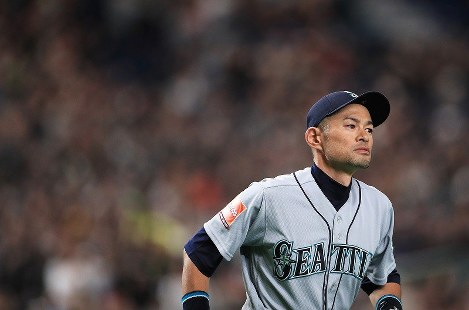 The Seattle Mariners' Ichiro Suzuki takes the field at the Tokyo Dome to thunderous applause during an exhibition game between the Major League Baseball club and the Yomiuri Giants of Nippon Professional Baseball, in Tokyo on March 17, 2019. (Mainichi/Tatsuro Tamaki)