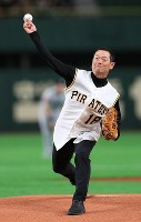 Former Yomiuri Giants and Pittsburgh Pirates pitcher Masumi Kuwata delivers the ceremonial first pitch ahead of an exhibition game versus the Yomiuri Giants at the Tokyo Dome, on March 17, 2019. (Mainichi/Tatsuro Tamaki)