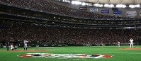 The Seattle Mariners' Ichiro Suzuki, third from left, steps up to the plate to enthusiastic applause from fans, during an exhibition game versus the Yomiuri Giants at the Tokyo Dome, on March 17, 2019. (Mainichi/Tatsuro Tamaki)
