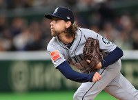Seattle Mariners starting pitcher Mike Leake follows through on a pitch during an exhibition game versus the Yomiuri Giants at the Tokyo Dome, on March 17, 2019. (Mainichi/Tatsuro Tamaki)