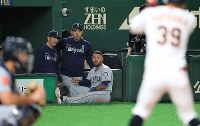 New Seattle Mariners pitcher Yusei Kikuchi, second from left, watches the action during an exhibition game versus the Yomiuri Giants at the Tokyo Dome, on March 17, 2019. (Mainichi/Tatsuro Tamaki)
