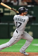 The Seattle Mariners' Mitch Haniger smacks a two-run home run in the top of the seventh inning of an exhibition game against the Yomiuri Giants at the Tokyo Dome, on March 17, 2019. (Mainichi/Tatsuro Tamaki)