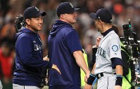 Seattle Mariners pitcher Yusei Kikuchi, left, speaks with outfielder Ichiro Suzuki, right, after the Mariners' 6-4 victory over the Yomiuri Giants in a March 17, 2019 exhibition game at the Tokyo Dome. (Mainichi/Tatsuro Tamaki)