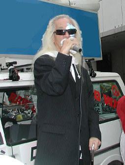 都議選で応援演説する内田裕也さん=2005年7月2日撮影