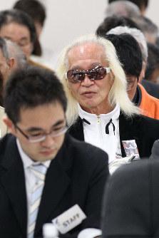 事業仕分けの会場を訪れ、議論に耳を傾ける内田裕也さん(中央)=2010年4月26日午前10時35分、佐々木順一撮影