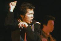 解体のために閉鎖される日劇で「サヨナラ日劇ウェスタンカーニバル」の公演が行われ、熱狂の中、幕を閉じた。 自ら「トルーマン・カポーティR&Rバンド」を率いて出演した内田裕也さん=東京都千代田区で1981年1月、吉川秀子撮影