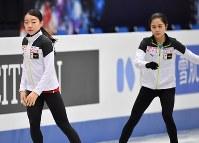世界選手権開幕を控え練習する紀平梨花(左)と宮原知子=さいたまスーパーアリーナで2019年3月18日、宮間俊樹撮影
