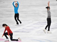 世界選手権開幕を控え練習する紀平梨花(手前)、宮原知子(左奥)、坂本花織=さいたまスーパーアリーナで2019年3月18日、宮間俊樹撮影