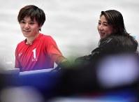 世界選手権開幕を控え練習する宇野昌磨(左)と樋口美穂子コーチ=さいたまスーパーアリーナで2019年3月18日、宮間俊樹撮影
