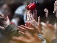 世界選手権開幕を控え公式練習をする出場選手たちに拍手を送る観客=さいたまスーパーアリーナで2019年3月18日、宮間俊樹撮影